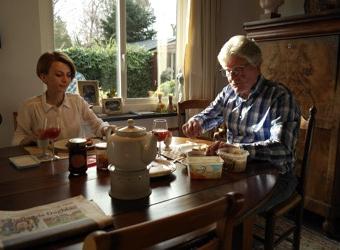 Ontbijt en krant lezen